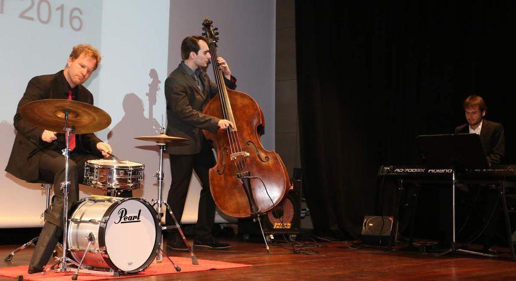 Musikalisch für eine Abwechslung sorgte zwischen den Reden das Triority Jazzensemble aus Würzburg, am Piano Adelt, am Kontrabass Janosch Korell und am Schlagzeug Maximilian Ludwig.