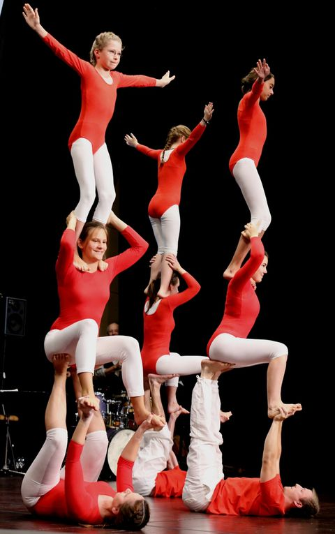 """Ein optischer Höhepunkt des Unterhaltungsprogramms war zweifellos zum Abschluss die fernsehreife und waghalsige akrobatische Show des """"Zirkus Tohuwabohu"""" der von dem Ehepaar Silke und Michael Hümmer trainierten Bewegungskünstegruppe der Turnabteilung der TSG Sommerhausen."""