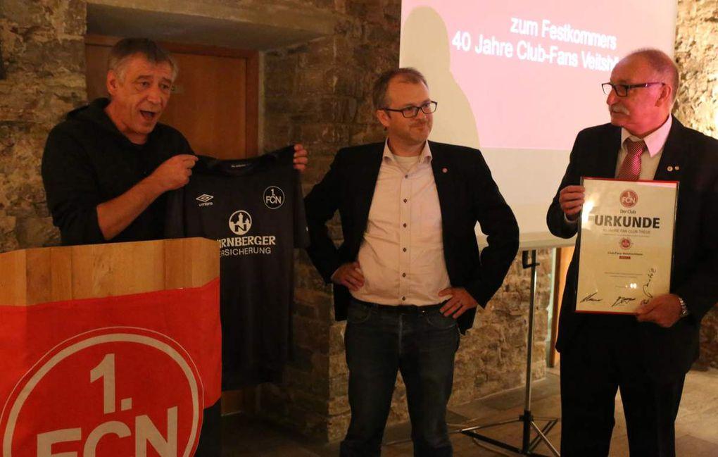 Übergabe der Gastgeschenke der FCN-Abordnung