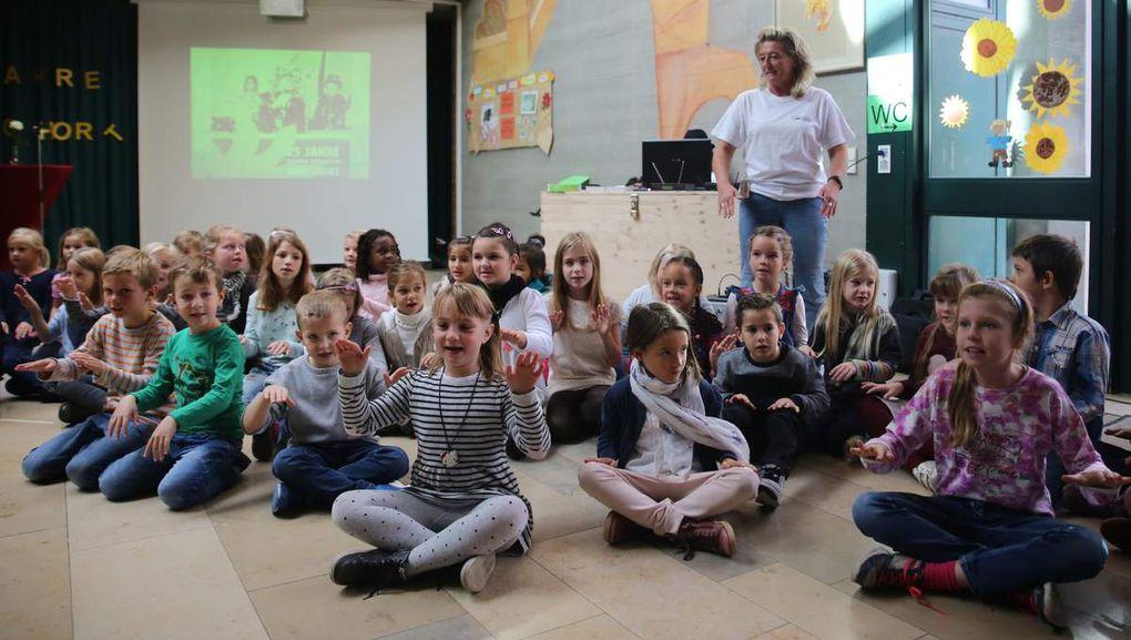 Bei einer Body Percussion der Kinder, das heißt bei der Klangerzeugung mit dem eigenen Körper unter Zuhilfenahme von Händen, Füßen und Fingern machte auch das Publikum mit.