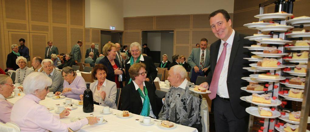 Als Zeichen der Wertschätzung der älteren Generation servierten der Bürgermeister, sein Stellvertreter, einige Gemeindebedienstete und zahlreiche Gemeinderatsmitglieder gratis Kaffee, Kuchen und Getränke.