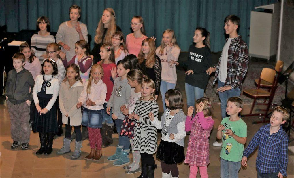 """Die ganze Bandbreite der Kinder- und Jugendchorarbeit, seit 32 Jahren in Händen von Dorothea Völker ,erlebten die begeisterten Zuhörer mit den Kanons """"Wind Tscha Tscha """" und """"Halloween"""" Die Kinder und Jugendlichen sangen  gemeinsam, zum Teil 15- stimmig, mit Spaß und  großem Können."""