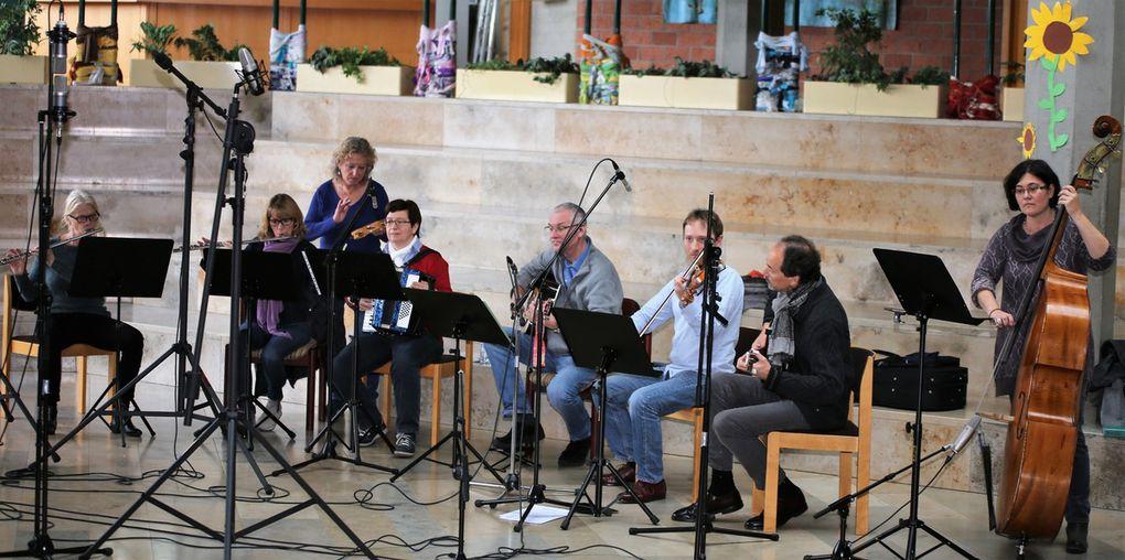 Von der Folkband der Musikschule wurden drei Songs zur Auswahl aufgezeichnet (siehe nachstehende Videos).