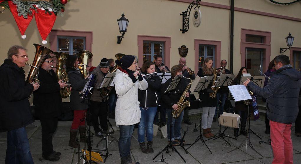 """Der Musikverein sorgte wie immer vor und nach der Rede des Bürgermeisters unter der bewährten Leitung von Stefan Wagner für einen stimmungsvollen Auftakt der Weihnachtsmarktsaison mit weihnachtlichen Weisen wie """"I heard the bells of Christmas Day"""", """"Winterwonderland"""", """"Feliz Navidad"""" und """"La Novia""""."""
