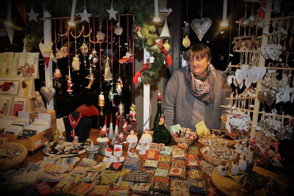 Nicht nur im Rathausfoyer, sondern auch im Foyer des Hauses der Begegnung begann heute der Verkauf: Kreative Seewiesen-Holz-Handarbeiten der Familie Seitz aus Wertheim, Krippen und Holzfiguren von Florian Adam (u.a. mit einem geschnitzten Selbstbildnis) und Weihnachtsartikel der Familie Lang.