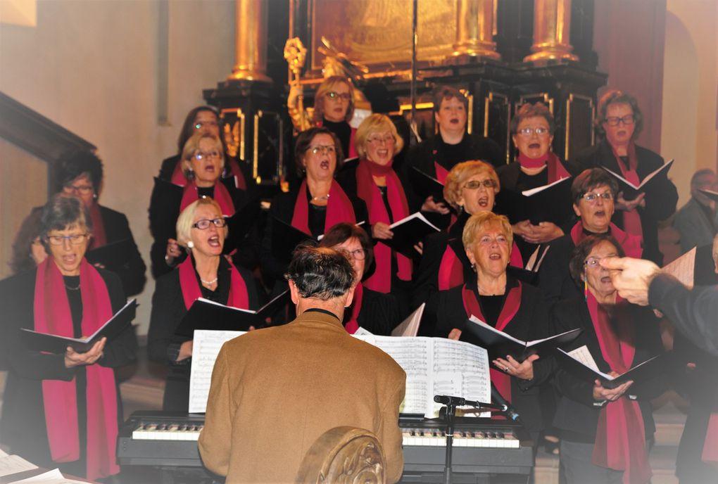 """Die 45 Mitglieder des gemischten Chors intonierten unter der Leitung von Jochen Link  gesanglich vorzüglich die Lieder """"Tebje Pajom"""" aus der orthodoxen Liturgie von Dimitri Bortnjanski !1751-1825), """"Es blüht eine Rose zur Weihnachtszeit"""" aus dem Genre Schlager von Robert Stolz (1880-1975) und """"Advent ist ein Leuchten"""" aus dem verschneiten Alpenland von Lorenz Maierhofer, bei letzterem begleitet von Link mit einer steirischen, diatonischen Harmonika."""