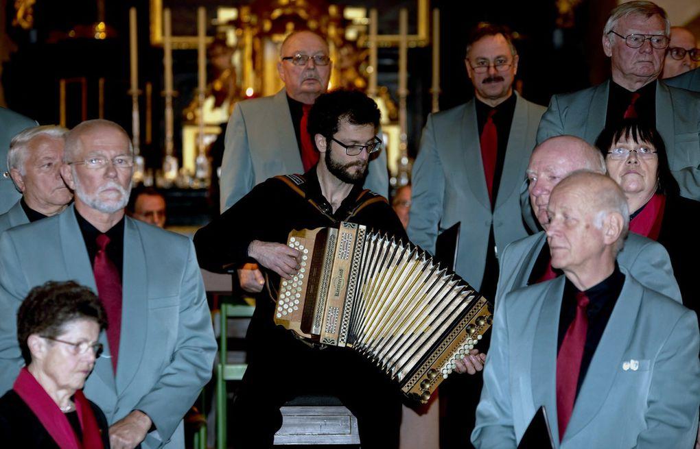 """Chorleiter Jochen Link hatte dann mit seiner Harmonika ebenso einen Soloauftritt, bei dem er ein Weihnachtslieder-Medley und den Walzer """"Augenstern"""" von Herbert Pixner zum Besten gab. Link studiert Musik und Spanisch für das Lehramt Gymnasium im 11. Semester und ist Mitglied der Würzburger Bläserquintetts, das am 23. Januar 207 in der Kirche St. Stephan in Würzburg um 19 Uhr ein Konzert gibt."""