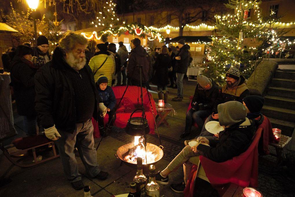 Trotz des Riesenandrangs vor allem am Abend gab es auch noch gemütliche Ecken, das tolle Flair der Veitshöchheimer Altortweihnacht zu genießen, wie in der Sitzecke an der Feuerzangenbowle-Hütte.
