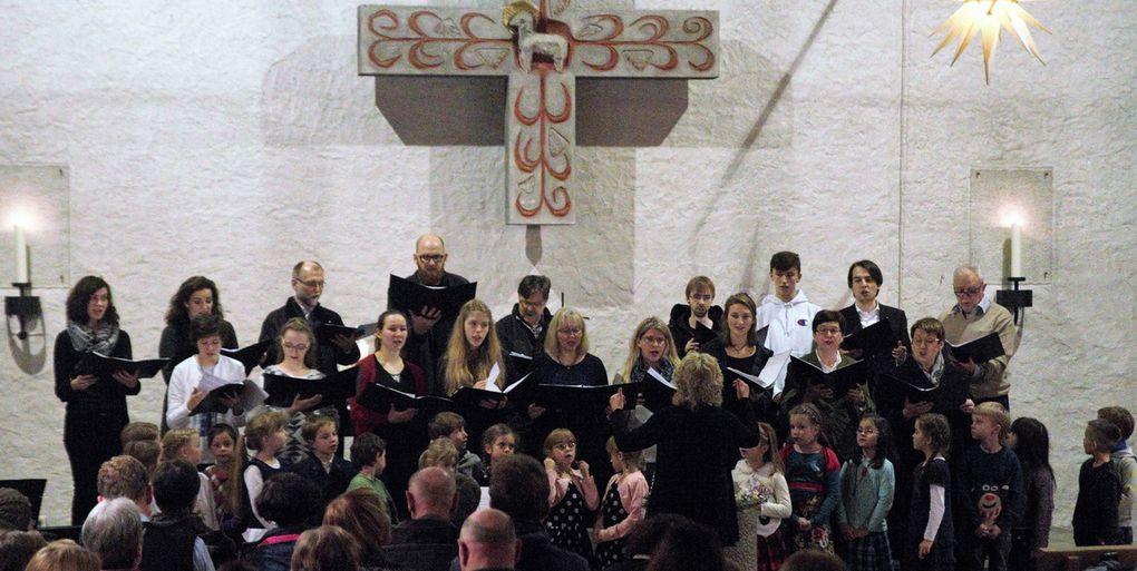 """Ein Höhepunkt war das Quempassingen, das auf eine 500 Jahre lange Tradition zurückweist. Vier Kinderchorgruppen, der Erwachsenen-Chor und das Publikum vereinten sich in dem wunderbaren """"Den die Hirten lobeten sehre"""" von Michael Praetorius."""