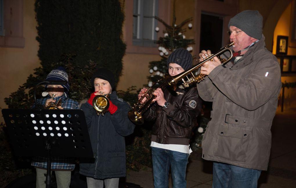 Zwischen den Gesangsbeiträgen spielten Trompetenschüler mit dem Trompetenlehrer Rainer Nöth weihnachtliche Weisen.