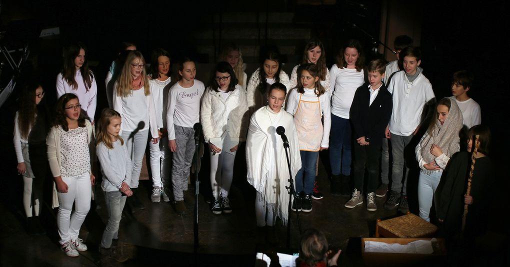 Vier Chöre, Blasorchester, zwei Streicher-Orchester, Band und Solisten begeisterten beim Weihnachtskonzert des Gymnasiums Veitshöchheim in der Kuratiekirche über 400 Zuhörer