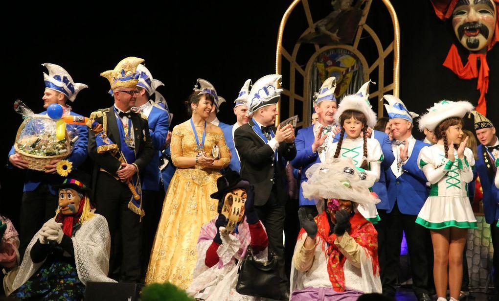 Nach dem pompösen Einzug der Garden und Elferräte des VCC gesellte sich zum farbenprächtigen Bild auf der Bühne als Gastgesellschaft der HiKaV aus Himmelstadt mit Prinz Gerhard I. und Prinzessin Gerlinde I.