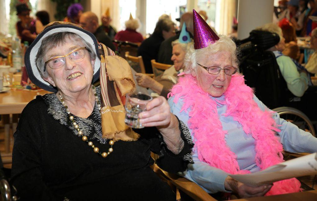 """Viele noch rüstige Senioren nahmen sich diesen Ratschlag zu Herzen und hatten ihre helle Freude am Mitschunkeln bei fröhlichen Liedern wie """"Lustig ist das Zigeunerleben"""" und """"Schön ist ein Zylinderhut"""" oder dem Schlusslied """"So ein Tag, so wunderschön wie heute"""" sowie den spaßigen Darbietungen."""