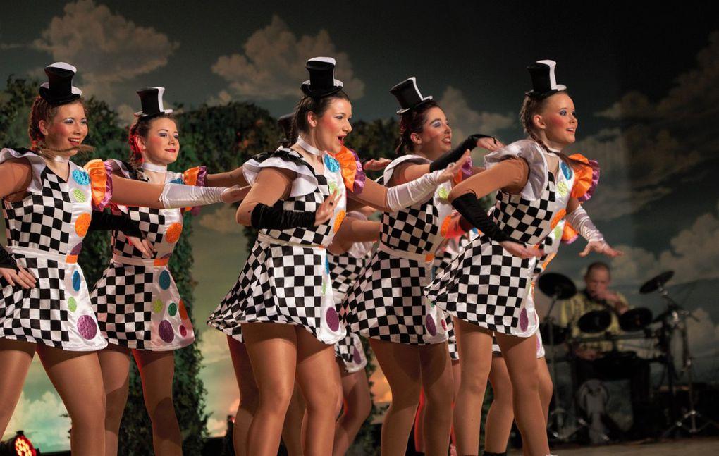 Vor dem rauschenden Finale begeisterten noch die Girls von der Ü15-Garde als Hofkellerballett wie bei der Närrischen Weinprobe im Fernsehen die Zuschauer.