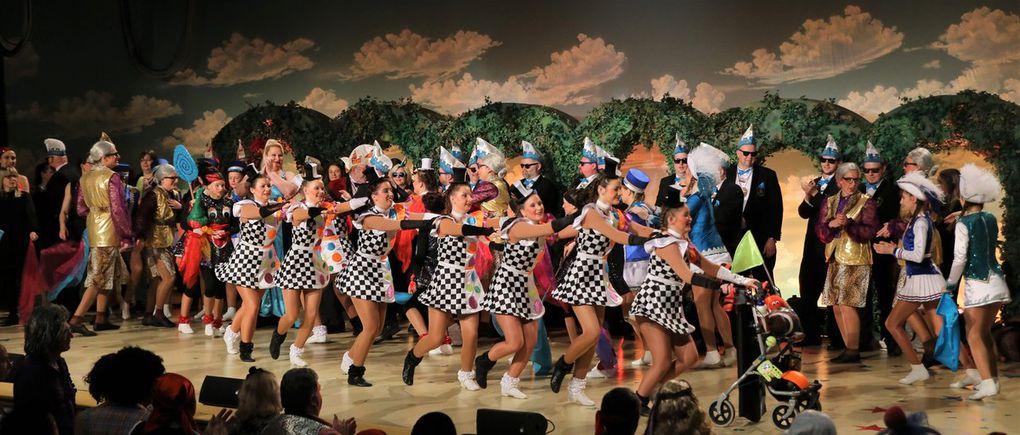 Zum Finale weit nach Mitternacht stürmten alle Akteure begeistert auf die Bühne oder tanzten inmitten des Publikum. Christian Hauser, der Vorstand der Tanz-Sport-Garde, zog eine positive Bilanz und ist stolz auf die weit über 100 Aktiven aus Veitshöchheim und Umgebung, die eine grandiose Leistung boten und die begeisterten Gäste vortrefflich unterhielten.