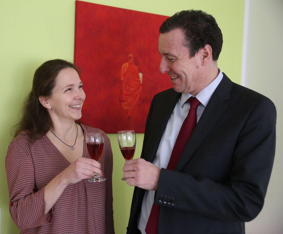 Im Alter von 44 Jahren wagte die Veitshöchheimerin Tamara Scheller nun als Heilpraktikerin für Psychotherapie  den Schritt in die Selbstständigkeit. Zur Praxiseröffnung im Obergeschoss des Zweifamilienhauses in der Oderstraße 3 in der Gartensiedlung war auch Bürgermeister Jürgen Götz gekommen, um mit ihr darauf mit einem Glas Sekt anzustoßen und ihr viel Erfolg zu wünschen.