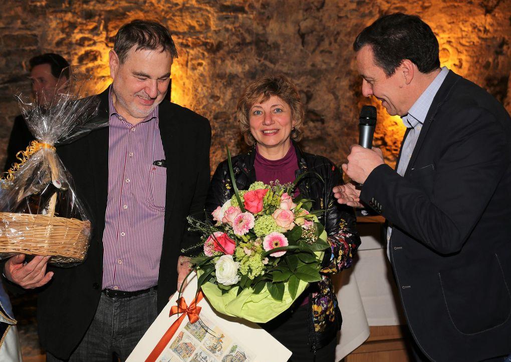 Das Ortsoberhaupt nutzte die Gelegenheit, dem Fastnachtspräsidenten zur Auszeichnung mit dem Bundesverdienstkreuz beim gestrigen Staatsempfang mit einem Präsent der Gemeinde zu gratulieren und seiner Frau Christel für ihre tolle Unterstützung einen Blumenstrauß zu übergeben. Bernhard Schlereth habe sich nicht nur überörtlich beim FVF, sondern auch örtlich in vielen gemeindlichen und vereinlichen Funktionen große Verdienst erworben.