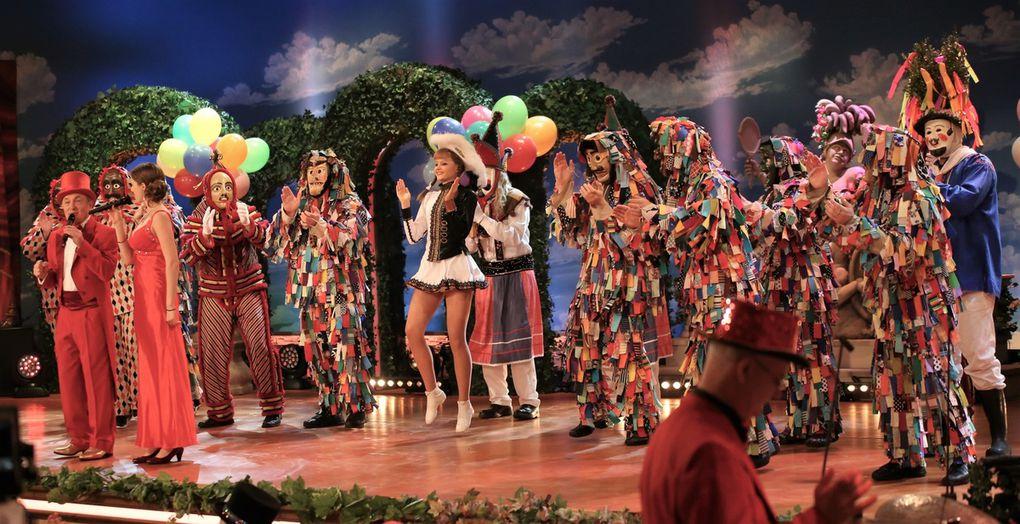 """Der Veitshöchheimer Bruno Gold und seine Schwiegertochter in spee Rebekka Schellhorn hatten die Ehre den prunkvollen Einzug des Sitzungspräsidenten mit seinem Elferrat im Gefolge hinter den Garden, den Allersberger Flecklashexen, den Spalter Fleckli, den Gredinger Pumpernickl und erstmals den Rhöner Masken aus Oberelsbach musikalisch zu begleiten. Der Bruno scheint in einen Jungbrunnen gefallen zu sein, so drahtig und elegant war das Auftreten des 69jährigen im roten Anzug. Bis 2007 wirkte Gold als Baritonsänger bei den Gebrüder Narr, 1993 unterbrochen durch die """"Die drei Hainis"""", dann 2008 als Circus Bavaricus und seit 2009 ist er bei den """"Parodis"""" dabei, mit denen er später im knallgelben Anzug seinen zweiten Auftritt hatte, die am Ende der Sitzung """"Thank you für the music"""" anstimmten vor dem rauschenden Finale."""
