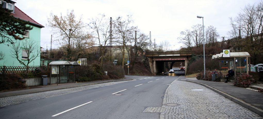 Der Gemeinderat sieht weiter eine Erweiterung der bestehenden bis zum Brückenbauwerk der Bahn in der Würzburger Straßen schon bestehenden  Lärmschutzwand (wurde anlässlich des Baus des vor 20 Jahren eingeweihten Altenheimes St. Hedwig errichtet) in südlicher Richtung bis zur Brücke der Neubaustrecke visavis vom Feuerwehrhaus als notwendig an.  Die DB hatte zu dieser ebenfalls von Werner Götz am 25.11.2013 erhobenen Forderung erläutert, dass in diesem Bereich keine förderungsfähigen Gebäude in Ansatz gebracht werden können und somit keine weiterführende Lärmschutzwand errichtet werden kann.