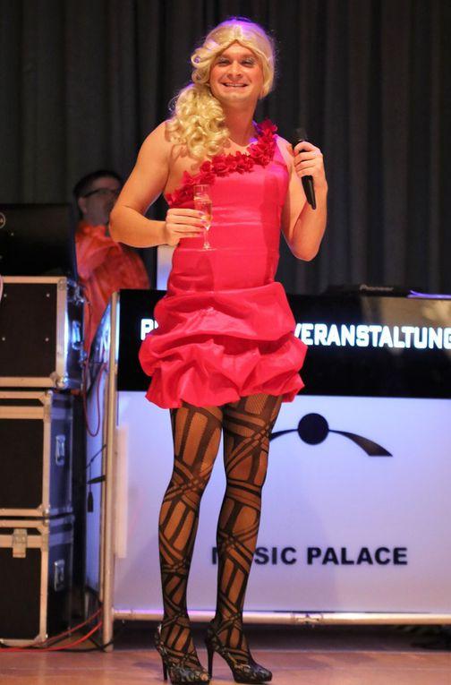 Sitzungspräsident Erhard Sungl löste bei der Weiberfaschings-Fete des VCC im Kuratiesaal wahre Begeisterungsstürme unter den Närrinnen aus, als er die blondmähnige Manuela (alias VCC-Elferrat und Theater am Hofgarten-Schauspieler Manuel Seemann)  in High Heels, sexy Netzstrumpfhose und rotem schulterfreien Cocktailkleid als seine Assistentin präsentierte, die charmant durch den Abend führte und dabei so manche Beauty-Tipps preisgab.