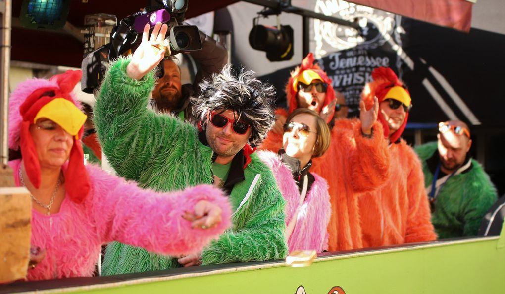 """Nicht fehlen durfte auch heuer wieder nicht die Jack-Daniels-Crew von Thomas Biermann Peter Reick, außer den beiden Gesellschaftswägen der beiden Veitshöchheimer Faschingsvereine die einzige örtliche Gruppe mit einem Motivwagen, die als """"Crazy Jacky Chicken"""" mit fetziger Partymusik für Stimmung sorgte."""
