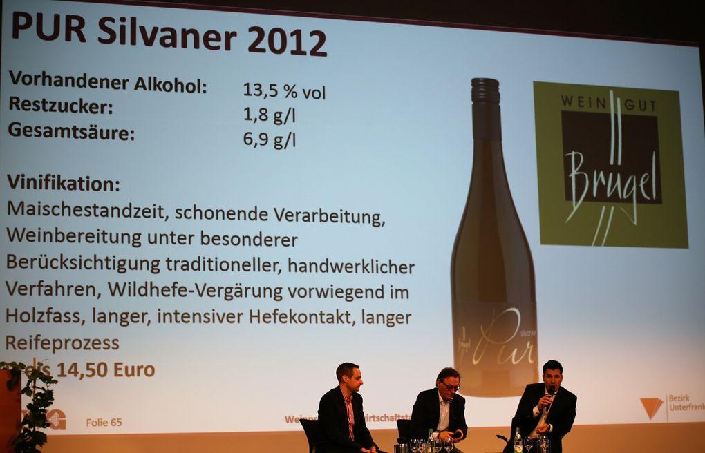 Nicht erwartet hatten dagegen die Moderatoren, dass bei den mit 14,50 Euro gleichpreisigen reifen Weinen der Grüne Veltliner Smaragd Bergdistel  vom Tegernseerhof in der Wachau besser ankam, als der Pur Silvaner des Weingutes Harald Brügel im Casteller Ortsteil Greuth.
