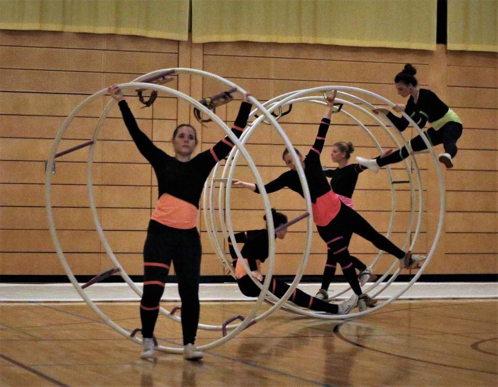 Eine Augenweide war die Rhönradturnen-Show des ASV Rimpar unter der Leitung von Ann-Kathrin Wittchen, das in Rimpar schon eine 60jährige Tradtion hat. Der Moderator bezeichnete die Rhönrad-Vorführung als Gesamtkunstwerk, das gekennzeichnet ist durch Beweglichkeit, Kraft und Körperspannung, gepaart mit Akrobatik, Kreativität und Ästhetik. Die Geschichte des Rhönrads lässt sich ohne den ASV Rimpar nicht schreiben. Bereits kurz nach der Entwicklung dieses aus zwei Stahlrohrreifen, die durch sechs Sprossen verbunden werden, bestehenden Sportgeräts wurde es dort heimisch. Grätsche oder Handstand gehören ebenso zu den Übungen wie der Ausstieg aus dem zwischen 1,30 und 2,45 Meter großen Rad mit Salto oder Schraube. Mit 22 Deutschen Einzelmeisterschaften und vier Deutschen Mannschaftsmeisterschaften ist die etwa 160 Mitglieder große Abteilung des ASV bis heute eine der erfolgreichsten Mannschaften in dieser Sportart: 2009 wurde Markus Büttner Jugendweltmeister, Niklas Reuther ist aktueller Turner in der Nationalmannschaft. Zuletzt wurde der ASV Bayerischer Mannschaftsmeister.