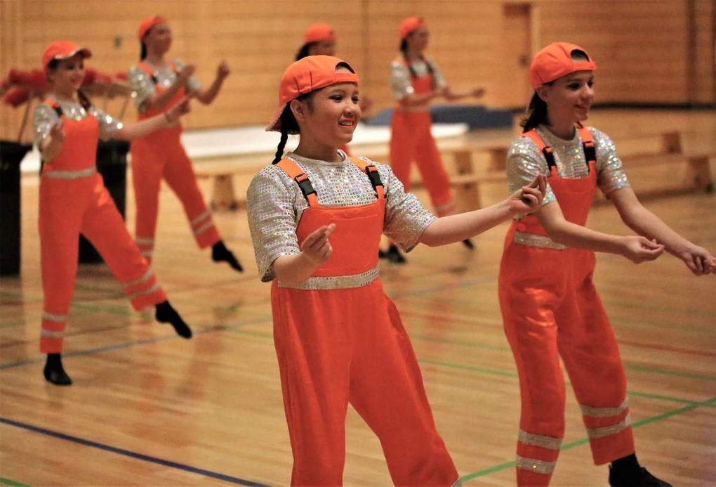 """Guter Brauch ist es in der Faschingshochburg Veitshöchheim, dass die beiden Karnevalvereine im Ort abwechselnd das Programm der Sportlerehrung mit einem delikaten Schautanz bereichern. Dieses Mal fegten gleich zur Eröffnung des Abends die von Sina Mahlmeister trainierten Girls der Roten Garde mit ihrem Schautanz """"Praktikum"""" als Straßenkehrer durch die Halle."""