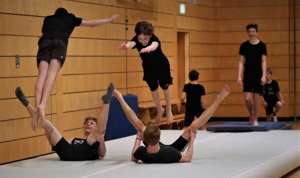 """Einen enormen Leistungsstand haben inzwischen auch die von der TGV geehrten 18 Turn-Jungs von Dr. Martin Korneli erreicht, was sie mit einer exotischen Akrobatik-Show """"Down Under Franken"""" mit und ohne Air-Track unter Beweis stellten."""