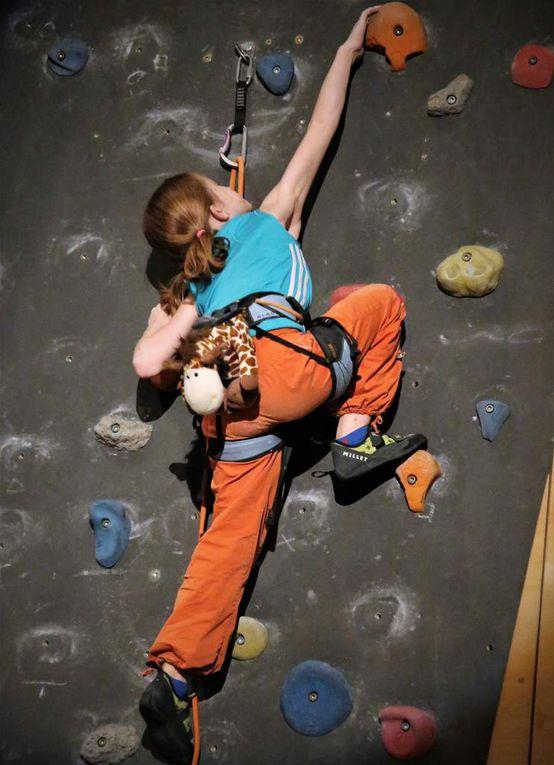 Im Sportklettern verblüfften die von der Gemeinde mit Gold und Bronze geehrten Geschwister Leonie Muth und Klara Tannert, wie sie im waghalsigen Speed die Kletterwand der Dreifachhalle erklammen. Semir Kamhawi, der Schulbeauftragte des Bayerischen Kletterfachverbandes, dessen Kader beide angehören, erläuterte die Vorführung des Duos und worauf es ankommt beim Bouldern, Seilklettern und beim Speed.
