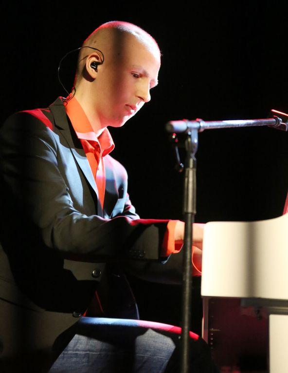 """Für Gänsehautfeeling sorgte vor allem auch der Pianist Tristan Schulz mit seiner Interpretation des """"Liebestraums"""" von Franz Liszt aus dem Jahr 1850. Der 18jährige war im November 2012 an einem bösartigem Hirntumor erkrankt. Die Musik half ihm erfolgreich diesen Kampf bis Juni 2013 zu gewinnen, bis er nun einen Rückfall erlitt und erst vor wenigen Tagen eine erneute Chemotherapie beenden konnte. Seit 2013 ist er fester Bestandteil der Benefizkonzerte, die schon seit Jahren für die Stationen spielt, auf denen er Monate verbrachte. Der begnadete Künstler, der ohne Noten nach dreimaligem Hören schwierigste Werke meistert und heuer sein Abitur machen will, möchte damit Danke sagen und allen Kindern helfen, die diesen Kampf noch vor sich haben."""