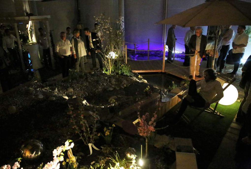 Ganz besonderes Highlight war die stündliche Verdunkelung des Raumes. Häufig ließen sich die Gäste auf den Sitzgelegenheiten nieder und genossen die angenehme Atmosphäre des erleuchteten Gartens bei Nacht.