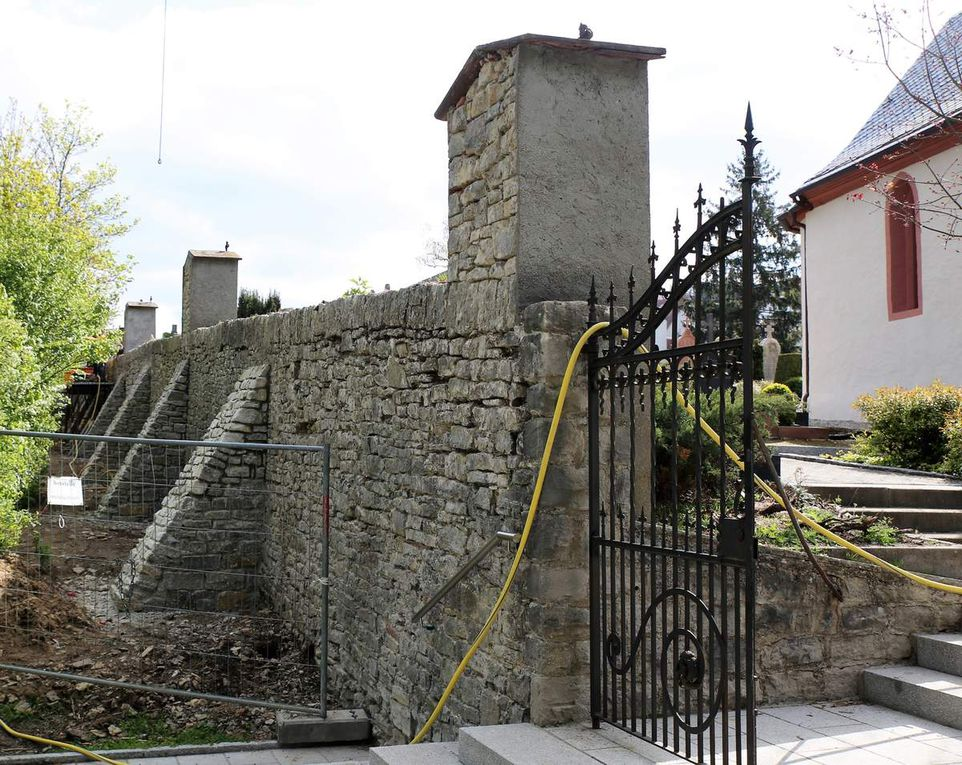 Zur Abtragung der Kräfte stellte die Baufirma aus Rimpar sieben jeweils ein Meter breite, natursteinverkleidete, schräg abfallende  Pfeiler vor die Mauer.