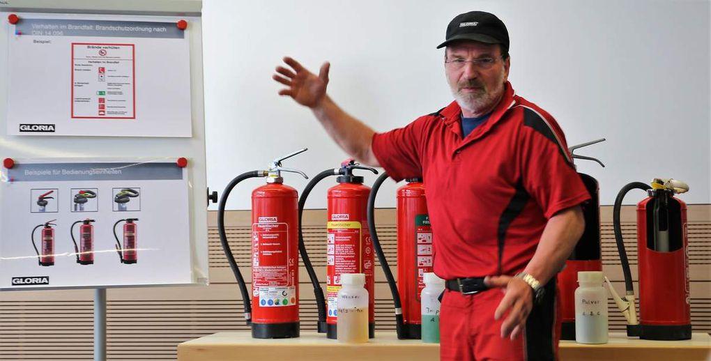 Zum Abschluss stellte der Vertreter einer Fachfirma noch die verschiedenen Arten von Feuerlöschern und ihren Einsatz in den unterschiedlichen Brandschutzklassen vor und gab eine Unterweisung in der richtigen Handhabung, um die Angst für den Ernstfall zu nehmen.