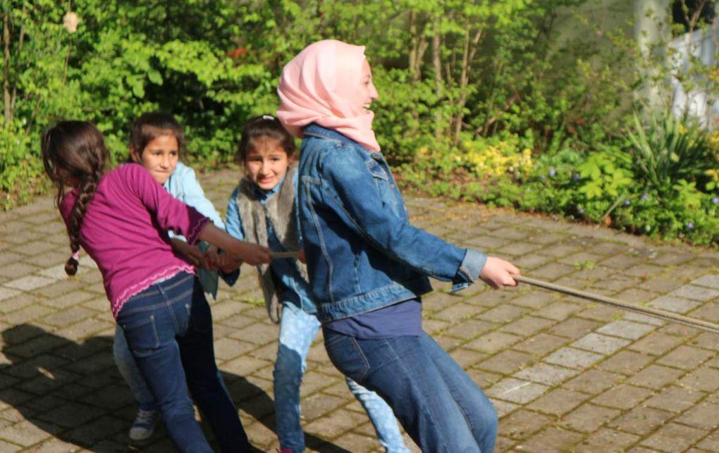 Zum Programm gehörte eine Führung durch das NaturFreunde-HausSeilhüpfen, Geschichten für Kinder und wie im Bild zu sehen: Tauziehen.