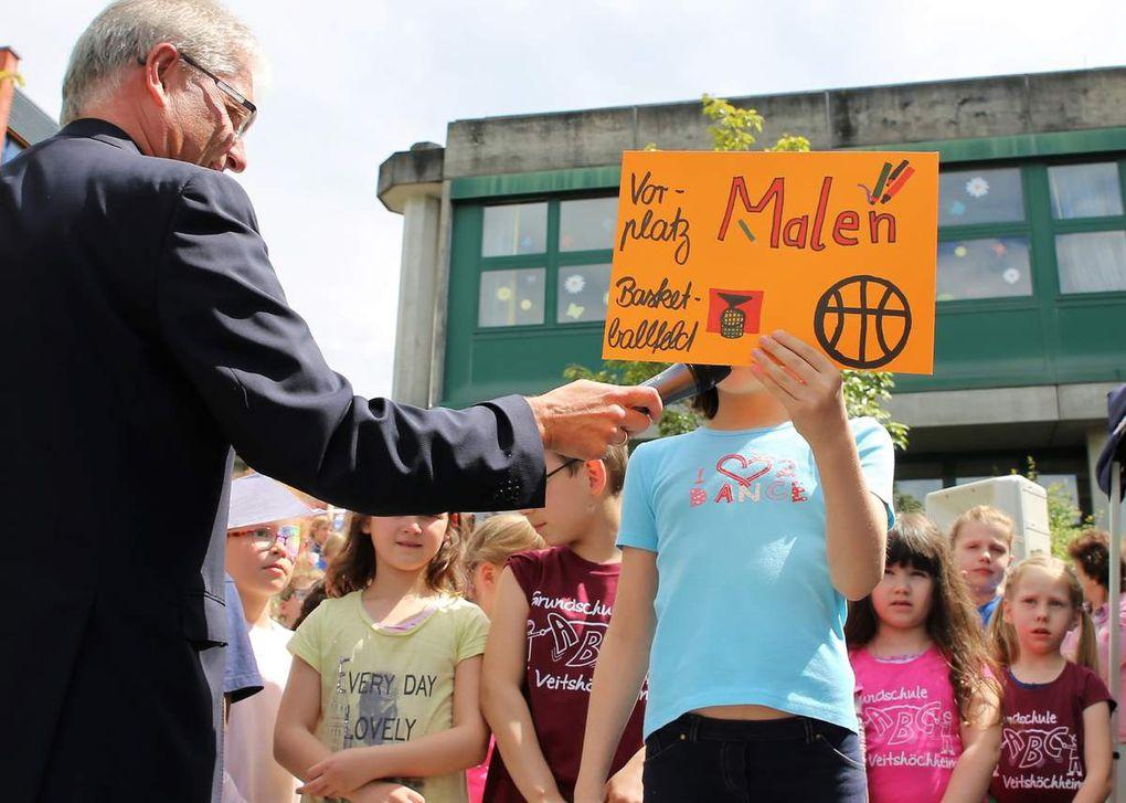 Einzelne Schüler stellten unter der Regie von Grundschul-Rektor Stefan Dusolt die einzelnen Aktivitäten des Programms vor.