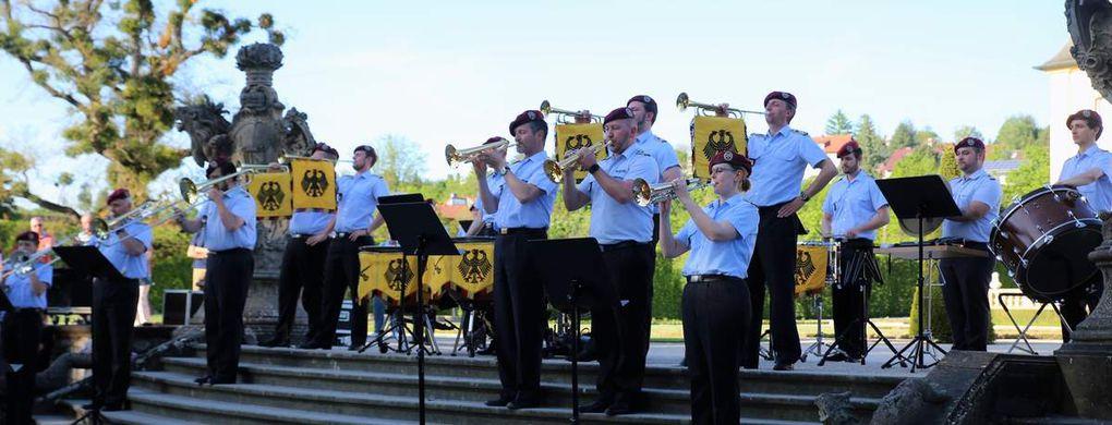 Furios der Auftakt mit Fanfarenklängen (Standarten-Fanfare der Garde du Corps und Kreuzritter-Fanfare).