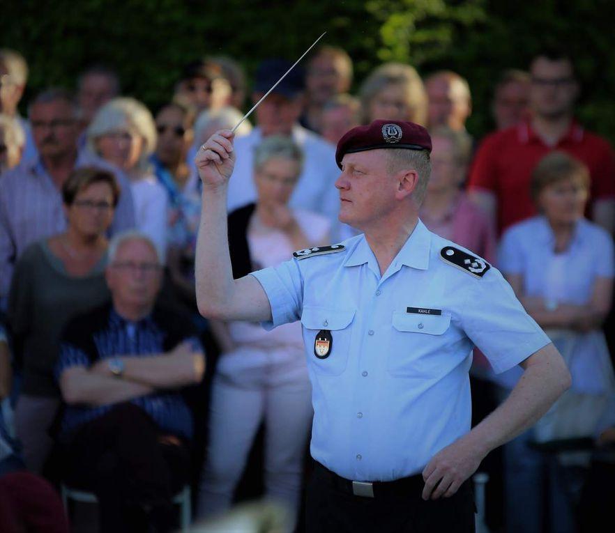 Oberstleutnant Roland Kahle, der Dirigent der Veitshöchheimer Heeresmusiker führte kurzweilig und leger,  kreuz und quer  durch das Reich der Marschmusik, angereichert mit Anekdoten und interessanten Neuigkeiten aus dem Bereich der Bundeswehr.