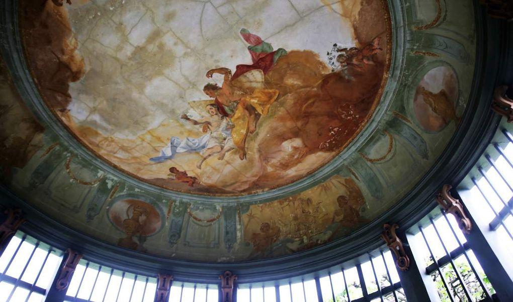 Pavillon, kühler Platz im Sommer, u.a. mit Göttin Flora an der Decke