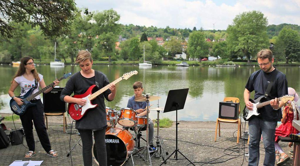 """Von der Sing- und Musikschule Veitshöchheim begeisterte auch die Rockband des Musiklehrers Dominik Heidinger (rechts) mit Songs wie """"Supergirl"""" von Reamon, Mark Forsters """"Chöre"""" und Leonhard Cohens """"Hallelujah""""."""