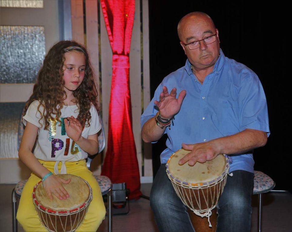 Zur gelungenen Unterhaltung am Abschlussabend trug mit einer Trommeleinlage auch der französische Gospel-Musiklehrer Patrick mit einer Schülerin bei.