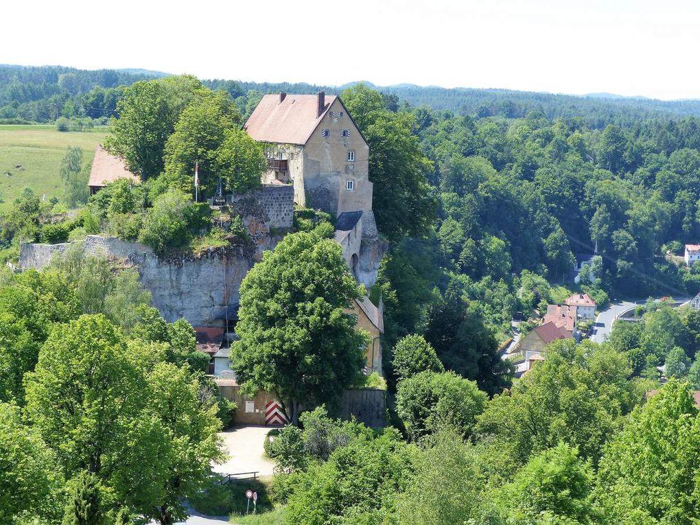 Bekannt wurde Pottenstein mit seinen mehr als 30 Ortsteilen vor allem auch durch seine über 1000jährige Burg, kühn auf eine malerische Felsgruppe gesetzt. Die privat geführte Burg war leider am Dienstag geschlossen. Sie ist die Schutzburg der Heiligen Elisabeth von Thüringen, die sich dort 1228 nach ihrer Flucht von der Wartburg aufhielt.