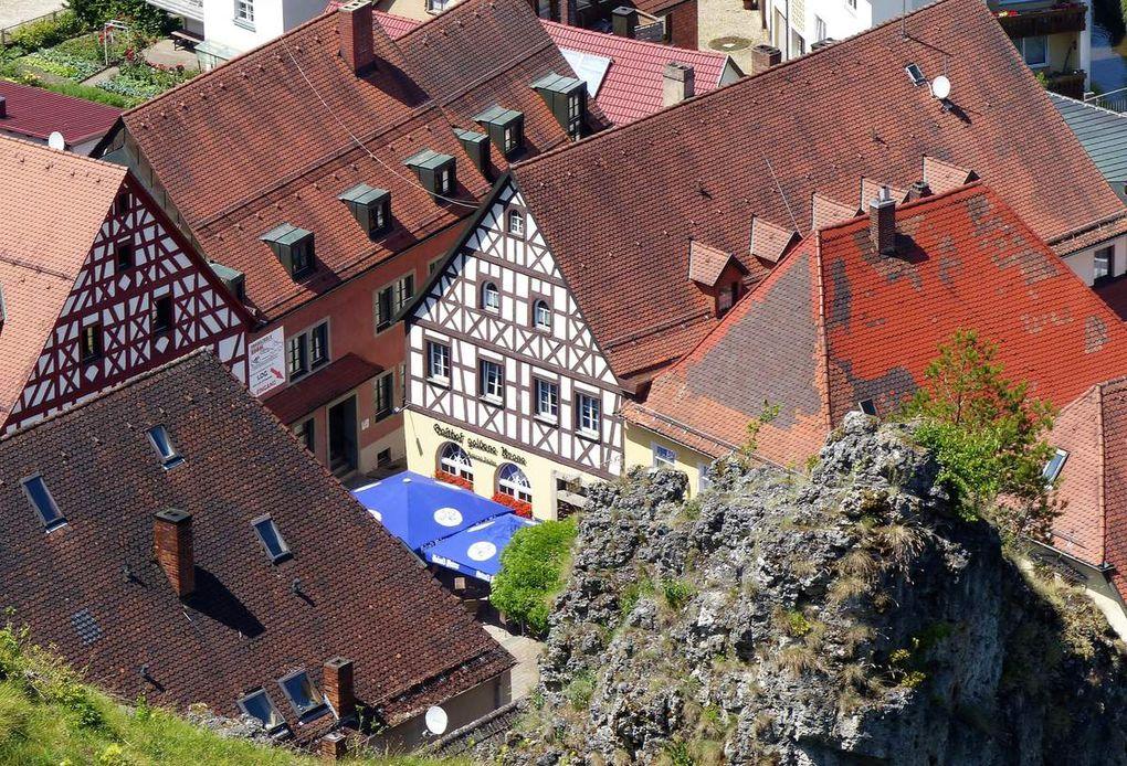 Beeindruckend ist vor allem die historische Altstadt, welche idyllisch zwischen Jurafelsen eingebettet ist (siehe auch das nachstehende Video der Stadt).
