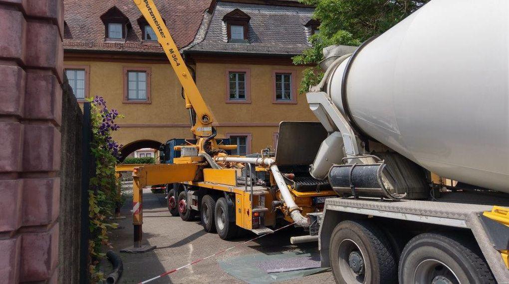Der Beton wurde mit einer Betonpumpe über die Hofgartenmauer in den Keller gepumpt und dort verteilt.