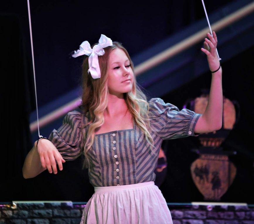 Alice Ruppel als Menthea und Sara Milinkovic