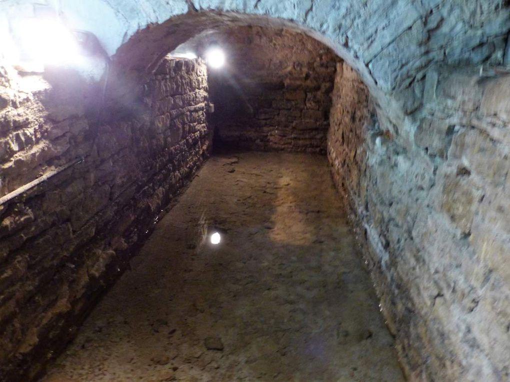 """Während der Bauarbeiten im Gasthaus """"Rose"""" im Jahre 2004 wurde im Keller unter einer großen Menge Steine und Schutt ein zunächst kleiner Wasserlauf entdeckt. Dieser entpuppte sich – nach seiner vollständigen Freilegung – als alte gemauerte Wasserstelle, die bis heute mit Wasser aus einer der zahlreichen Zeller Quellen gespeist wird. Recherchen ergaben, dass es sich hier um den so gennanten """"Oberen Brunnen"""" handeln musste, der später """"Rosenwirtsbrunnen"""" genannt wurde."""