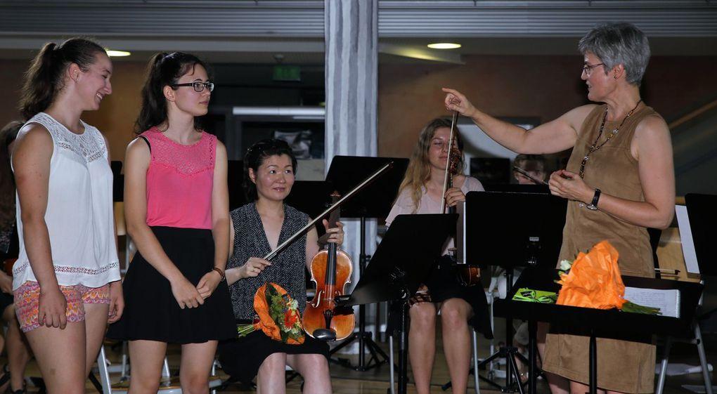 Und auch bei den Streichern verabschiedeten sich mit Eva-Maria Hausmayer und Franka Reinhard zwei langjährige Geigerinnen, die sich mit einem Präsent bei ihrer Geigenlehrerin für die Ausbildung und Förderung bedankten.