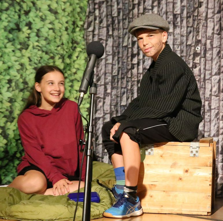 Die entführte Lizzie kann Little Billy dafür gewinnen, mit ihr zu spielen.