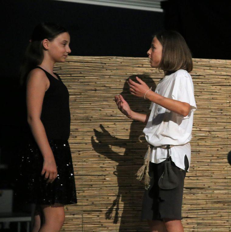 Einspannen lässt sich dagegen von den Beiden die verarmte und naive Nachbarstochter Anne (Leonie Kimmel). Ihr gelingt es Lizzie aus dem Haus zu locken, in der Aussicht, endlich jemanden zum Spielen zu haben.