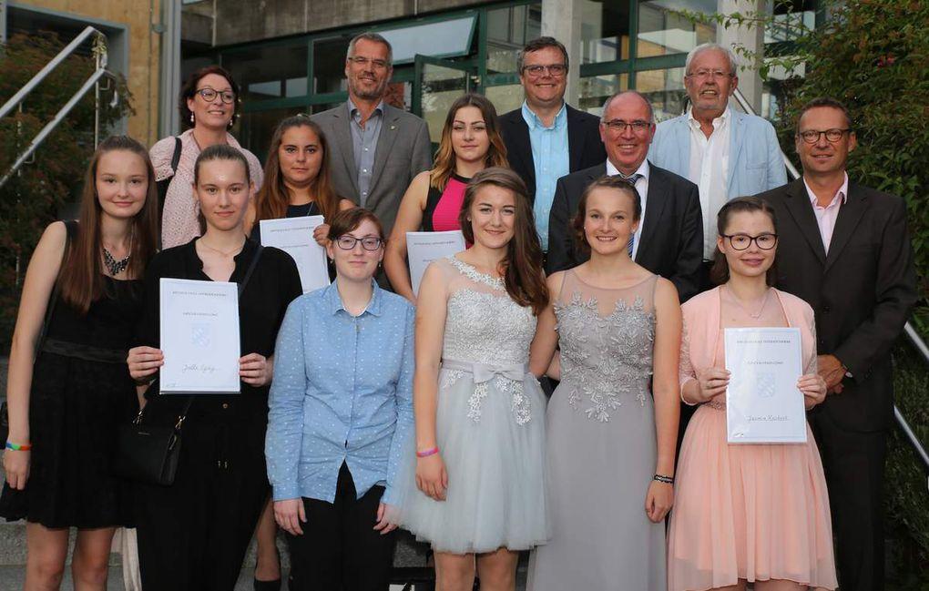 Erinnerungsbild mit den Schulbesten des Jahres 2017 der Veitshöchheimer Mittelschule v.l.n.r.  vorne die besten M-Schülerinnen Sarah Csapo (1,57), Joelle Egidy (1,14), Kathrin Müller (1,57), Franziska Isaack (1,43), Nicole Röhm (1,57) und Jasmin Reichert (1,57), in der zweiten Reihe Claudia Volk (M10a-Klasslehrerin), die besten Quali-Schülerinnen aus der neunten Klasse Sina Hofmann (2,05) und Alexa Fischer (1,72) - es fehlt Julius Götzner (1,33) -, Otto Eisner (Schulleiter) und Christian König (M10b-Klasslehrer), hinten Peter Emmerling (3. Bürgermeister Güntersleben), Markus Höfling (Bürgermeister Thüngersheim), Rainer Kinzkofer (Altbürgermeister Veitshöchheim)